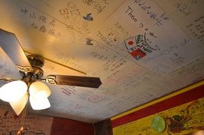 目立ちたい人は、天井にまで! ここまでくれば、みんなの思いの詰まった <b>一つのアート作品</b>ですよ!