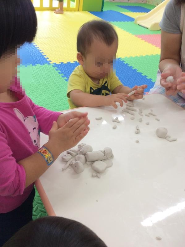ねんどの手の感触を楽しんで、みんな自分でいろんな形を作って遊んでいます♪