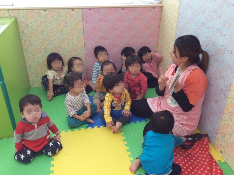 先生が、絵本を読んでくれています。『今日のお話しは、のんたんかな?アンパンマンかな?』お話しを聞くときはみんなお座りをして、集中して聞いています♪