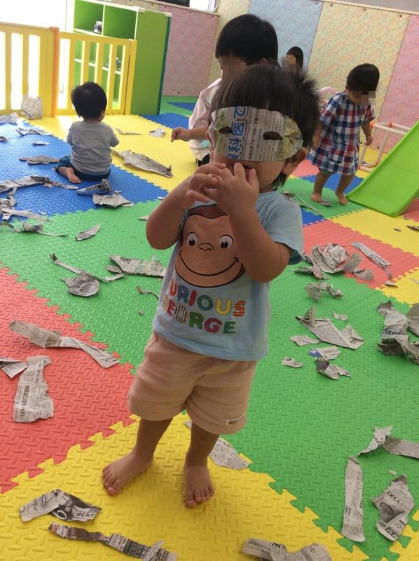 みんな新聞紙手に取って破って、ひらひらっと上から落とて大興奮♪ 仮面を先生に作ってもらったりしてとっても楽しそうにあそんでいます♪