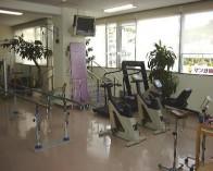 トレッドミル、エルゴメーターなどを使って有酸素運動を行います。生活習慣病の方にも理学療法士、作業療法士の指導のもと効果的な運動を行なっていただきます。