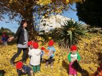 """<span style=""""color:blue;"""">たくさんの自然と、人との触れ合いからやさしさを伝える保育をします。</span>   ・たくさんの自然から環境に対する関心を深めていきます。 ・異年齢児との関わりの中で、思いやりの気持ちを育てていきます。"""