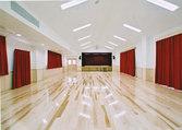 広いホールに大型スクリーンを備え映画鑑賞もゆっくりとできます。