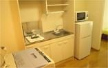 ミニキッチンでコンパクトにまとめられ、なべや食器類は準備しております。簡単な料理は直ぐにできます。