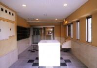 広々とした空間に床はグレイとブラックの大理石仕様し壁は漆喰調のデザインで仕上高級感漂う創りです。また女性の方にも安心のオートロックドアやセキュリティーカメラを設置してます。