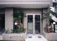 建物、正面入口全体をオールタイル張りで仕上げ高級感ある創りになってます。