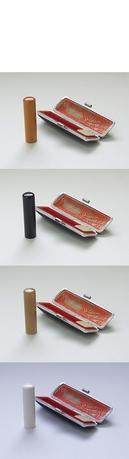 認印の使用は書留・小包・宅配便その他用途多岐にわたります。 日常的には、毎日家庭や会社に届く荷物の受取りの証しとして必要な印鑑です。実印や銀行印よりひとまわり小さく作るのが普通です。 認印は、10.5mmや12mmのサイズが一般的によく使われています。  【柘(つげ)】 ■10.5mm - ¥3,500 ■12.0mm - ¥4,300 「柘」は、木材の素材としては最も硬質で木目も美しいため、古くから櫛や将棋の駒などに使用されています。   【黒水牛】 ■10.5mm - ¥4,600 ■12.0mm - ¥5,000 印鑑の素材としてはとてもポピュラーな素材。 もともとは黒や茶が混ざっていますが、漆黒に染めてあります。   【牛角(オランダ水牛)】 ■10.5mm - ¥6,500 ■12.0mm - ¥7,800 硬質で粘りも十分な印材。 黒水牛より角が小さく少量しか採取できないために高価になっています。    【高級象牙】 ■10.5mm - ¥10,000 ■12.0mm - ¥15,000 耐久性の高さ、捺印の鮮明さはもちろんのこと、重量感や美しい光沢などから使うものに大きな満足感を与えてくれます。     各材質共に ※長さは60mmで共通 ※姓 or 名前のみの彫刻 ※ケース付