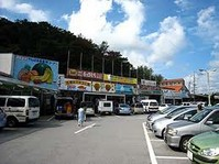 沖縄県内第1号の「道の駅」としてオープンしたのが、ここです。「道の駅」許田には、「やんばる物産センター」が併設されていて、北部市町村の特産品・農産物・工芸品・魚介類などがあり、やんばるのココでしか手に入らないものや美味しいもの、珍しいものが満載です。