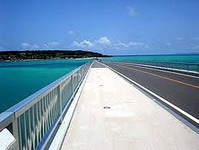 古宇利(こうり)島は半径約1Km、周囲が約8kmの島です。古宇利大橋を渡り始めるときれいな海が広がり 思わず声が出てしまうほどきれいです。全長1960mの古宇利大橋は無料通行できる橋としては日本一の長さです。
