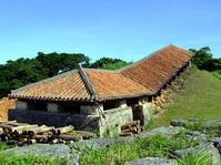 広大な敷地の中には14の窯元があり、多くの陶芸職人たちが作品作りに精を出している。 沖縄らしい赤瓦の建造物がそこかしこに建ち並ぶ景観は、焼物に興味がなくても十分楽しめます。