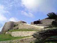 中城城跡は、中城村と北中城村にまたがり東北から南西にほぼ一直線に伸びた標高150m~170mの石灰岩丘陵上の縁辺部に立地する山城で2000年に世界遺産として登録されました。