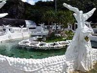 映画「てぃだかんかん」のモデルになった、陸上にサンゴ礁を作り、そこで産卵をさせ その卵を産みに放流するという壮大なプロジェクト施設です。