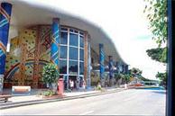 県内最大の手作りガラス工房です。沖縄で培われた技術を満喫して下さい。 体験コーナーもありますので旅の思い出に是非どうぞ。