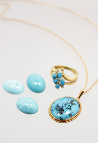 ◆◆◆ 十二月誕生石 トルコ石 ◆◆◆   トルコ石(ターコイズ)はフランス語のトルコの石を意味する「pierre turquoise」が由来とされています。 トルコ石と呼ばれますがペルシャ産の石をトルコのキャラバンが貿易品としてヨーロッパに持ち込んだためといわれています。  古くから装飾品として世界中で使用され、愛されてきた石です。