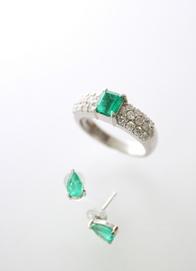 ◆◆◆ 五月誕生石 エメラルド ◆◆◆   心を安らかにしてくれる深い緑色のエメラルドは翠玉、緑玉とも呼ばれ、クレオパトラ、アレキサンダー大王、ナポレオンなど幾多の権力者がこの宝石に魅入られた人物として歴史に名をとどめています。  宝石の持ち主に賢明さや財産をもたらすといわれ、苛々した感情を鎮め、思考力を高め、正しい判断にパワーを発揮する効果があるといわれています。     宝石言葉は平和、幸福、夫婦愛、新たな始まりなどがあります。    エメラルドは結晶の性質上、一定方向からの衝撃や高熱にも弱いので落としたりぶつけたりはもちろん、急激な温度変化にも気をつけなければいけないデリケートな宝石です。