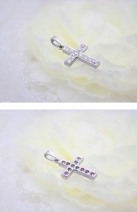 Ptでしっかりとしたクロスを作り、片面に11個のダイヤモンドを入れて、もう片面には6個のルビーと5個のサファイアを入れたペンダントです。   服装や気分でどちらを表に向けても良いように作りました。   同じデザインで片面(ダイヤモンド面)のみのペンダントもあります。