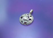 伝統装飾の房指輪から七房の飾り(願い)を一つの円に込めて作りました。  房かざりモチーフのピアスと同じ配置に彫りを施された商品です。    写真のペンダントの直径は23mmですが、ご希望によりサイズを変更して作ることもできます。(※その際、値段が変わることもあります。)