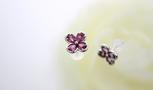 耳元に小さなトルマリンの花を咲かせるピアスです。   トルマリンのみが見えるピアスより、Ptで縁を囲うことで可愛すぎず、しっかりとした印象に。