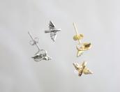 輪の中のふっくらとした羽が、小さく揺れてとてもキュートなピアスです。    ホワイトゴールドと、ゴールドの二色あるので、お好きなほうを選んでいただけます。
