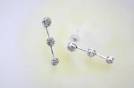 三連のダイヤモンドが揺れることで、シンプルなデザインなのにゴージャスな印象を感じさせる一品です。