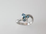 ダイヤモンドとブルーダイヤモンドを組み合わせたPtリングです。   ダイヤモンドは、無色のものが有名ですが、ピンクやブルー、イエローなどファンシーカラーと呼ばれる様々な色があり、非常に希少価値の高い宝石です。    その中のブルーダイヤモンドは、知性を表し、持ち主に必要な情報を必要なときに与えてくれるといわれています。    石言葉はオールマイティです。   Pt900ダイヤモンドリング  ブルーダイヤ 0.450ct     ダイヤ 0.150ct         680,000円→204,000円