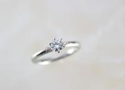 かわいらしいピンクダイヤモンドをサイドにあしらい、女性らしさを引き立たせたリング。