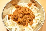 新鮮なもやしをさっと茹で、特製の肉味噌を 合せました♪ ヘルシーで身体に嬉しい一品です(^^)  中華の定番 もやしの肉味噌 290円