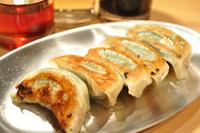 """大田店長オススメ""""特製梅じそ餃子"""" 餡の中に梅肉を練りこみ、大葉と一緒に優しく丁寧に包み込みました。 梅と大葉の香りが口の中にふんわり拡がります♪ 梅好きな方には是非試して頂きたい一品です。  一皿 5個入り 330円"""
