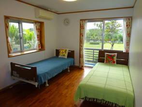 左側のベッドが介護用のベッドです。