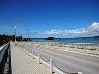 意外と知られていない身近な観光スポット!屋我地大橋。(車で約5分) 青い海と小さな島が感動を誘います。