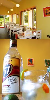 白を基調としたシンプルな店内です。 ビールやブラジルのお酒(ピンガ)もご用意しておりますが、お好きな食べ物や飲み物を持ちこんでいただいても構いません。  さとうきびが原料のブラジルのお酒であるカサーシャとライムの、香りのよいカクテル、カイピリンニャ。食前酒にも良し、夕食後の余韻の一杯にも良し。 当ペンションではライムに代わりシークヮーサー(沖縄原産柑橘類)を使用しています。