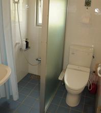 バリアフリーのお部屋では、トイレとシャワーに手すりがついており、シャワーチェアーもご用意しております。