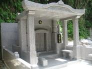 本体外寸 幅2500 高さ2650 奥行2800 沖縄の強い日差し、突然の雨などしのぐ事のできるテントいらずの屋根長タイプのお墓です。