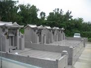 本体外寸 幅2000 高さ2370 奥行1950 同じ敷地内に親族揃って、4基のお墓を建墓しました。