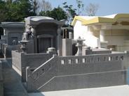 本体外寸 幅2500 高さ2500 奥行2350 入り口に通路を設置し、格子入りの外柵にすることにより美しいお墓になりました。 虎の石像、灯篭など設置したこだわりのお墓です。