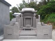 本体外寸 幅2500 高さ2500 奥行2350 敷地5.3坪、新型2500型亀甲墓。 2500型タイプでありながら、隣接の大きなコンクリート墓にもひけをとらない風格である。