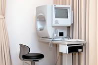 緑内障の早期発見や、進行の程度を判断に用います。これは、緑内障診断のスタンダードとして国際的に用いられている検査です。  SITAという短時間で正確な検査が行えるプログラムを導入しております。  保険診療で行えます。