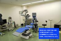 2mm程度の切開創から白内障(加齢により濁った水晶体)を超音波で粉砕して吸引し人工のレンズを挿入します。手術時間も短く、安全に行います。  麻酔は点眼薬のみで痛い注射はありません。日帰り手術で個室がありますので手術後はお休みください。  白内障手術機会はアルコン社製インフィニティを使用し、アルコン社またはHOYAの着色レンズを使用し光障害、ブルーライトによる網膜障害を軽減しております。