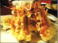 定番中の定番。子供から大人まで人気のある天ぷらは揚げたてが一番美味しいです。  【材料】 車えび 8尾 卵 1個 天ぷら粉  天つゆの材料 酒、みりん、醤油それぞれ1/4カップ 水1カップ、削り節20g   【作り方】 天つゆから準備します。 なべに醤油、みりん、酒、水を入れに煮立たせます。そこへ削り節を入れ20秒ほどで火を止め、3分ほどおきます。 天つゆを布などでこし、お好みでおろした大根などを添えます。  えびは頭と尾を残したまま殻をむきます。 衣は揚げる前に準備します。 油の温度が160度くらいになったら、卵をボールに割りいれ、冷水と氷を1個入れてよく溶きます。天ぷら粉をふるいながら入れさっと混ぜ合わせます。 車えびを衣の中にくぐらせ、揚げます。