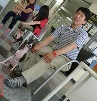 """現在 東京都内4か所(目黒・品川等)で""""犬の保育園""""を経営 ドッグライフプランナーズ顧問 ドッグライフプランナー協会  会長岸良一先生を囲んでゆったりと90分  ティーパーティー形式 で行いました。 岸先生は、イギリスのドッグスクール、中でも30年の歴史を誇るODIN CANINE SERVICEと技術提携、1000組以上の犬・オーナーを指導し多くのマスメディアから高い評価を受けています。 今回は18ワンズ21人の飼い主様にご参加いただきました。 ご夫婦、ご家族で参加いただきまして、わんちゃん達が家族の一員として大切に育てられている様子がよくわかりました。 飼い主様の笑い声を聞きながら、わんちゃん達もとてもいいこであっという間の90分。わんちゃんを足元に涼やかにプリンも召し上がっていただきドッグカフェの練習も出来ました。 ご参加いただきました皆様本当にありがとうございました。 <参加犬種> チワワ・トイプードル・イタグレ・パピヨン・マルチーズ・コーギー・柴犬・シベリアンハスキー・ボーダーコリー・柴系MIX・コーギーMIX 18ワンズ ☆゜"""