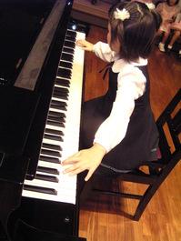 """ピアノレッスンは、お子さまの身体の成長に合わせて、レッスンを開始することができます。 はじめてピアノにふれるお子さまから、経験のあるお子さままで、生徒1人1人に合わせたレッスンを行います。  本校では、ピアノとリトミックを一緒に学ぶことで、専門的な技術と基礎力をバランスよく育てます。 ピアノレッスンは個人レッスン、リトミックはグループレッスンとなっております。 年齢やレベル、ご希望に合わせてレッスンコースをお選びいただけます。  <p align=""""center""""><img style=""""width:80%;"""" src=""""http://okinawa.town-nets.jp/img/cp/crescendo/2nd_course.jpg""""></p>  <div style=""""border:1px solid #FC4174;padding:10px;"""" align=""""center""""><p style=""""color:#FC4174; font-size:18px;border-bottom:3px double #FC4174;font-weight:bold;"""">●幼児の部 Basic course●</p> ピアノ(30分個人レッスン) 年間44回 リトミック(45分グループレッスン) 年間10回      <b>月7,500+税 から</b></div>  <div style=""""border:1px solid #FC4174;padding:10px;""""align=""""center""""><p style=""""color:#FC4174; font-size:18px;border-bottom:3px double #FC4174;font-weight:bold;""""> ●小学生の部 Basic course●</p> ピアノ(30分個人レッスン) 年間36回 リトミック(50分グループレッスン) 年間10回      <b>月8,000+税 から</b></div> <div><a name=""""ln4""""></a></div>"""
