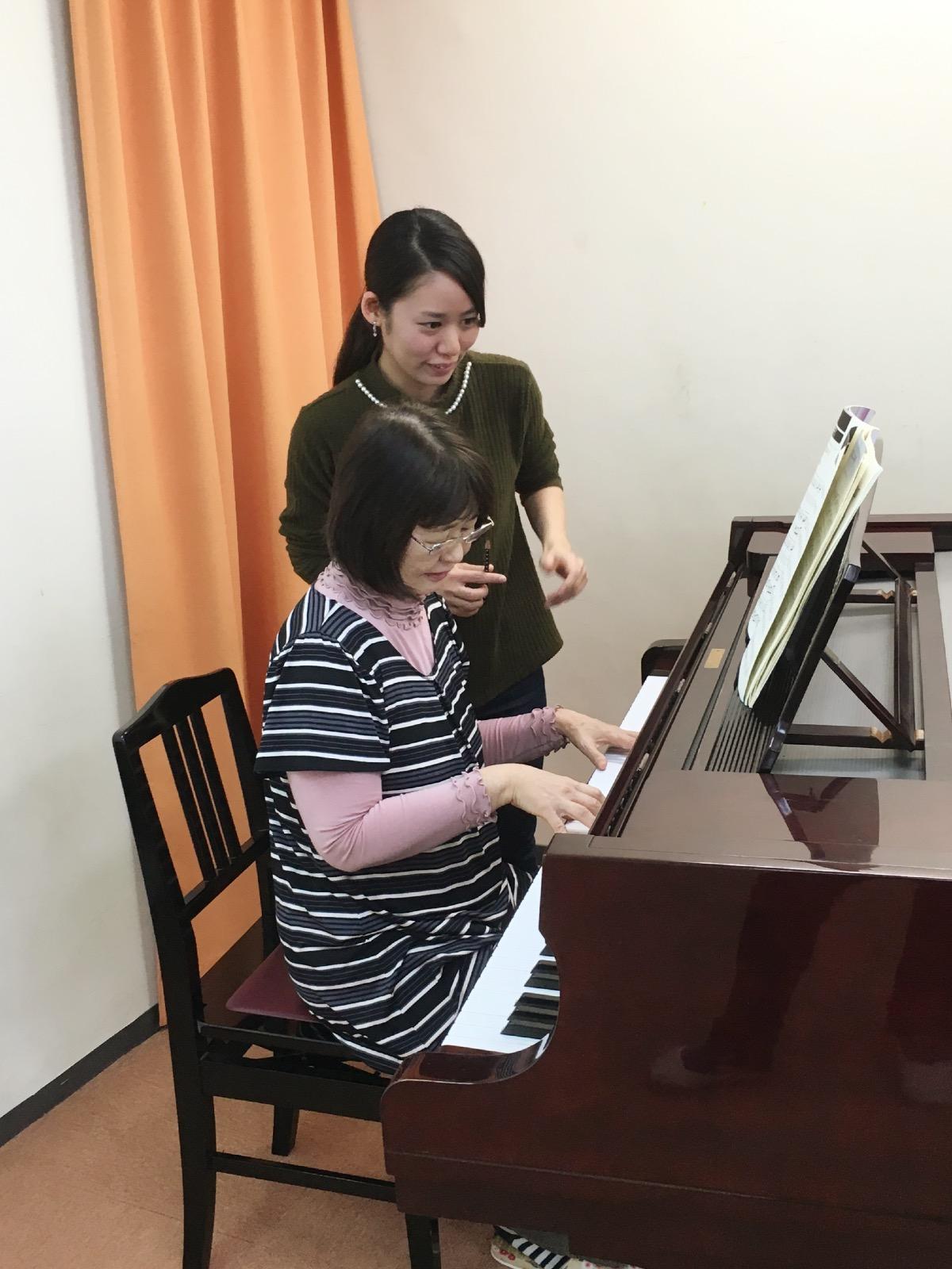 """大人のピアノ:初心者から経験者まで  ●趣味にしたい  ●保育士のコース  ●教員採用試験対策  基礎から教えて欲しい、好きな曲をマスターしたいという様々なご希望に合わせてレッスンいたします。  大好きなあの曲を弾いてみませんか? <div style=""""border:1px solid #FC4174;padding:10px;""""align=""""center""""><p style=""""color:#FC4174; font-size:18px;border-bottom:3px double #FC4174;font-weight:bold;""""> ●大人の部●</p> ピアノ(30分個人レッスン) 年間44回      <b>月7,500+税 から</b></div>"""